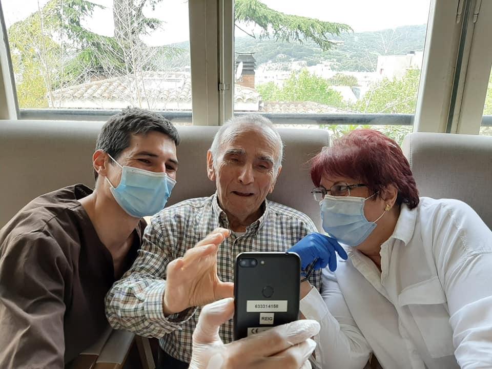 hombre mayor saluda a sus familiares por videollamada