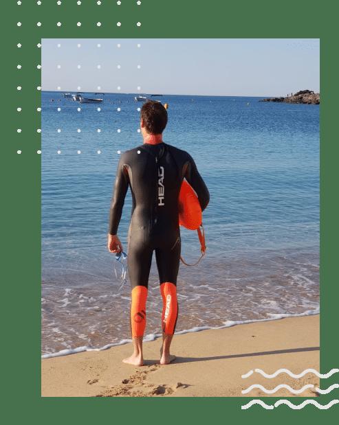 hombre con neopreno frente al mar