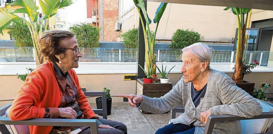 dos mujeres hablando en la residencia